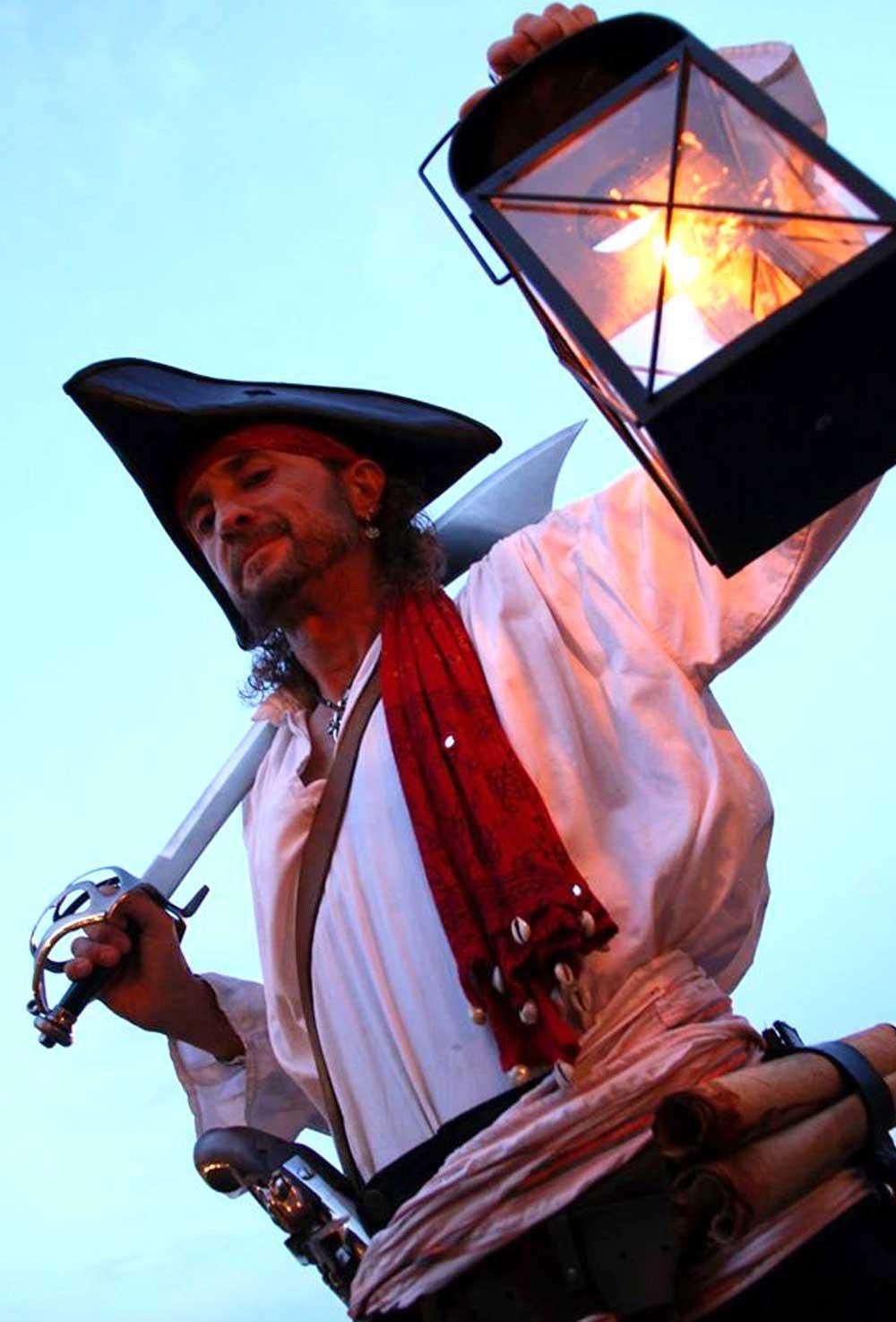 Photo de pirate avec Capitaine Loran et sa lanterne