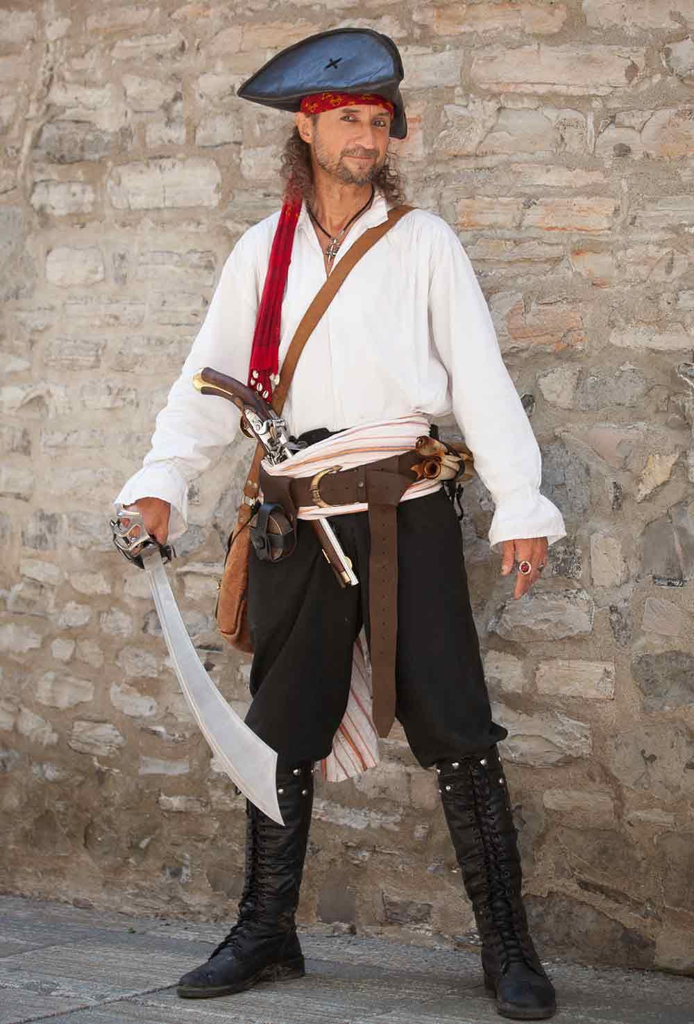 Photo de pirate avec Capitaine Loran et son épée