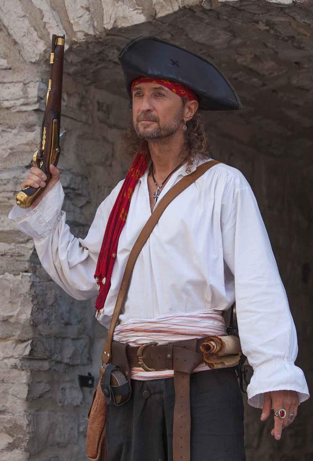 Photo de pirate avec Capitaine Loran qui prépare son pistolet