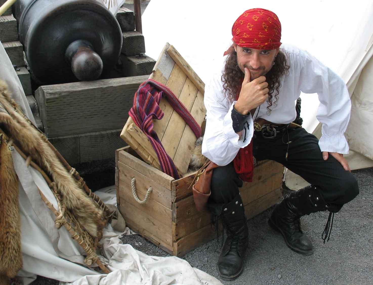 Pirate Capitaine Loran prêt à tirer avec le canon