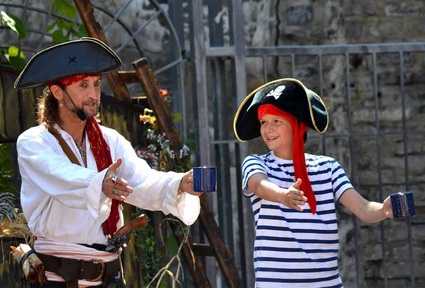 Spectacle pirate du Capitaine Loran avec un moussaillon