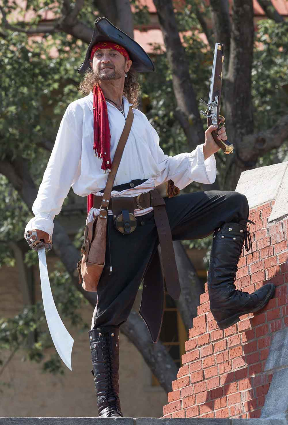Pirate Capitaine Loran prêt à l'abordage avec son épée