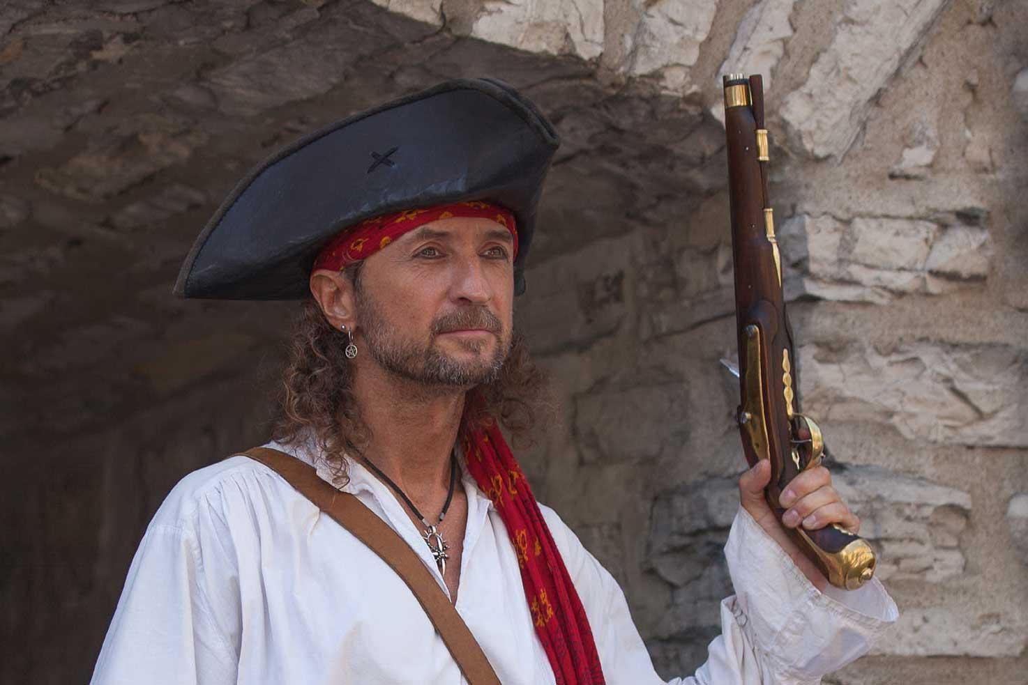 Pirate Capitaine Loran avec son pistolet à poudre