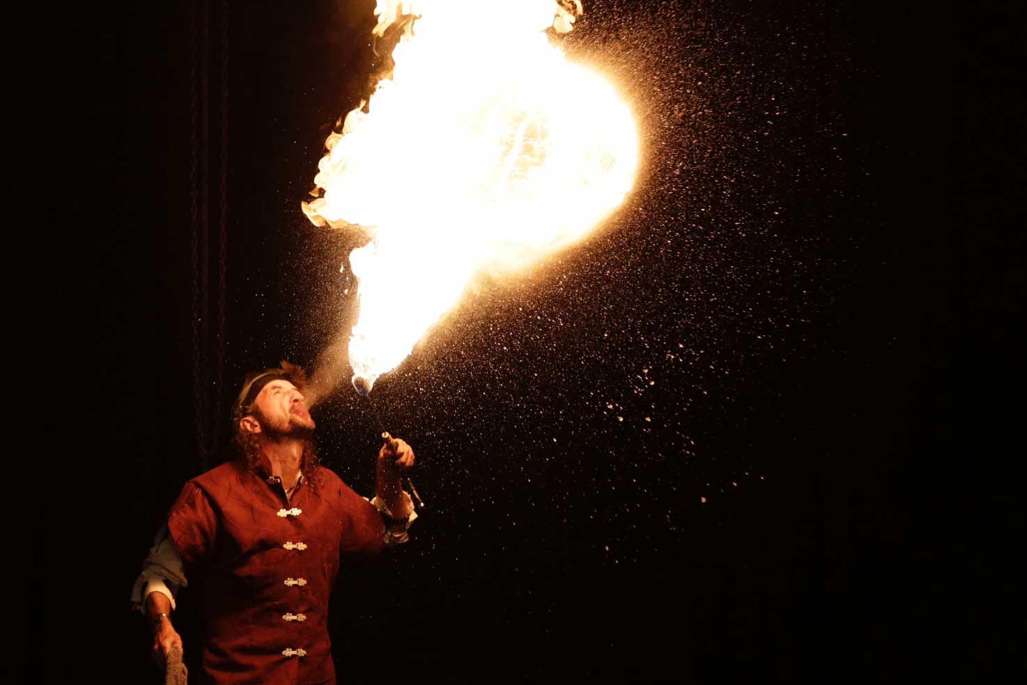Pirate Capitaine Loran qui enflamme le ciel lors d'une fête d'enfant