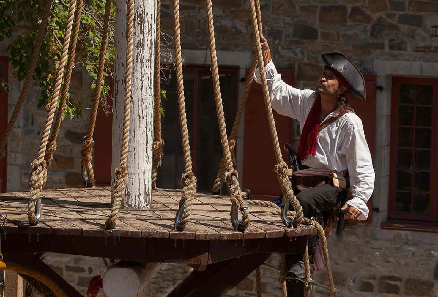 Photos de pirate avec Capitaine Loran montant le mât de misaine