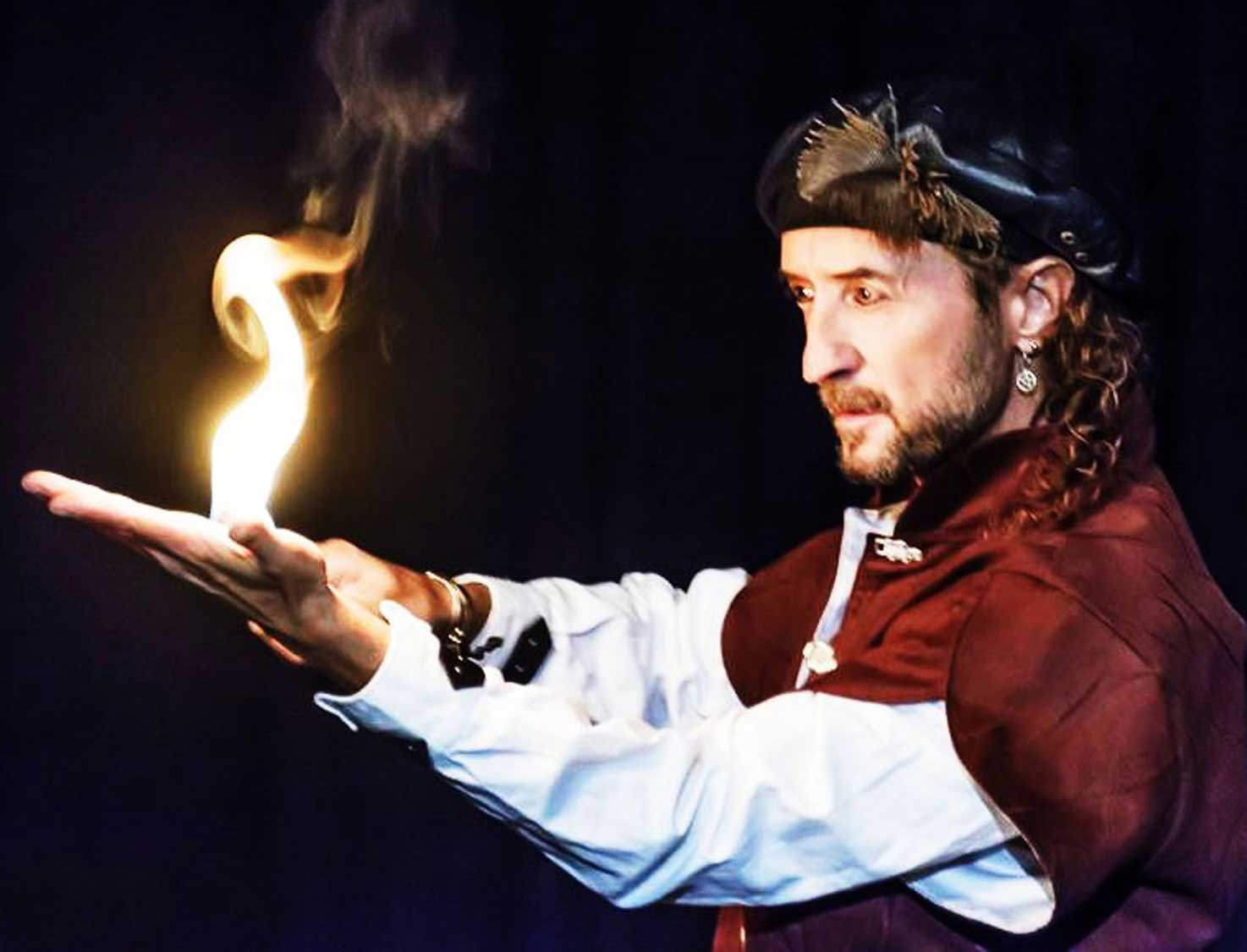 Pirate Capitaine Loran, cracheur de feu, manipule le feu