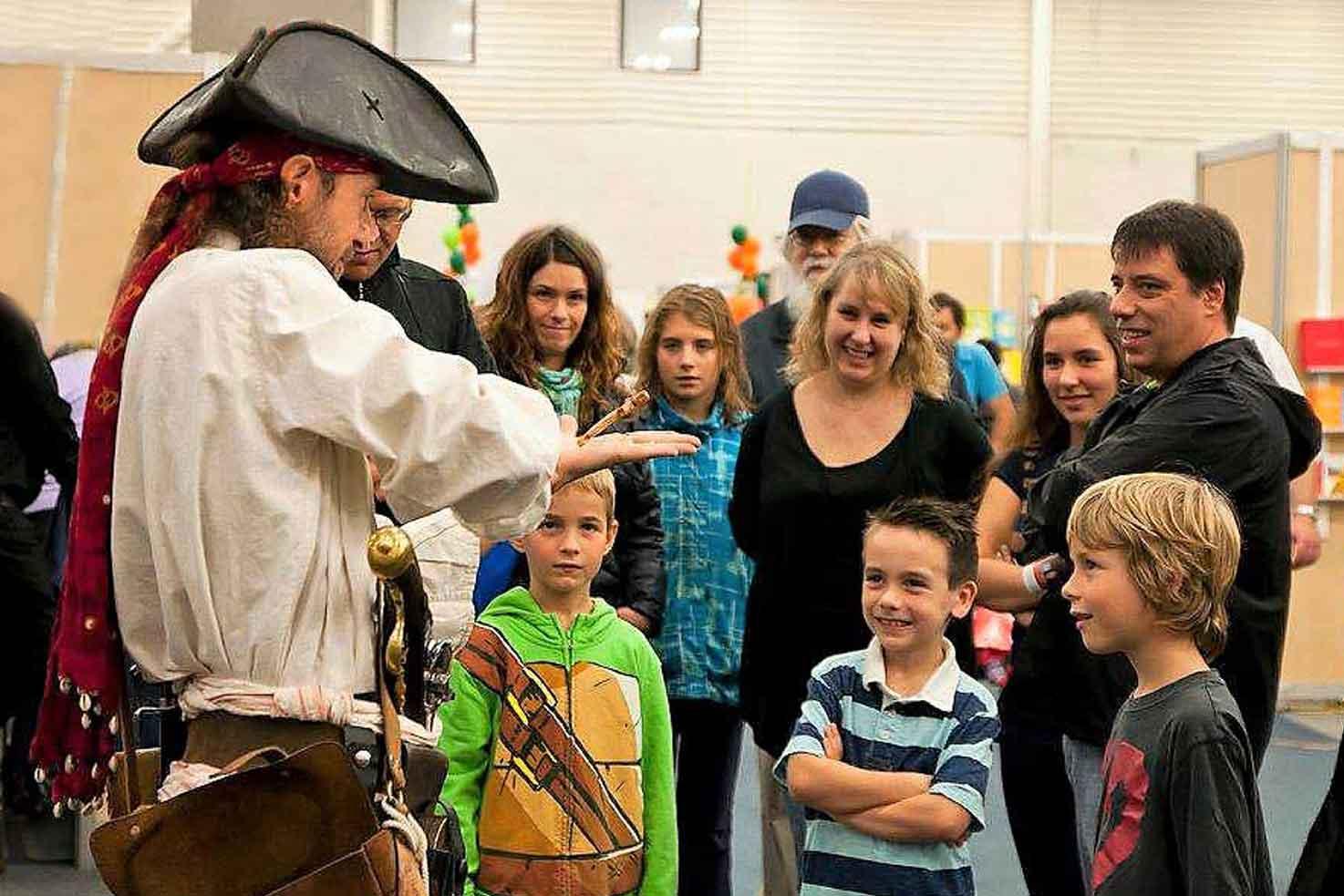 Pirate Capitaine Loran en amuseur public avec un groupe de visiteurs
